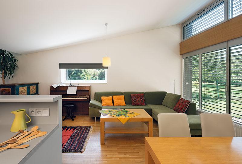 Interiér kombinuje střídmý moderní nábytek sněkolika artefakty zminulosti. FOTO Ester Havlová