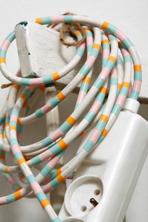 Elektrická šňůra asi není věc, kterou by se někdo rád chlubil – pokud zrovna neinvestoval do stylového textilního kabelu, které teď zažívají svou renesanci, ale většinou si za ně musíte připlatit. Pomocí washi změníte nudnou a ošklivou šňůru v barevné klubíčko, které rozveselí váš roh, stolek či podlahu.