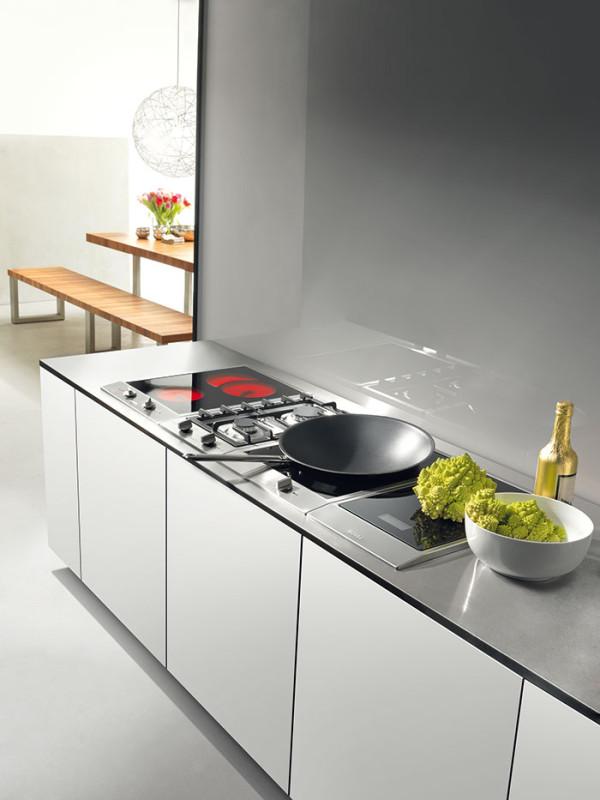 Kulinářská laboratoř. Variabilním systémem CombiSet od společnosti Miele nepohrdne ani profesionál. Vestavné indukční, elektrické či plynové varné desky můžete sofistikovaně doplnit zabudovaným indukčním wokem, grilem, fritézou, či dokonce kuchyňskou váhou. Vše je dostupné ve třech rozměrech (288mm, 380mm, 576 mm). (foto:Miele)