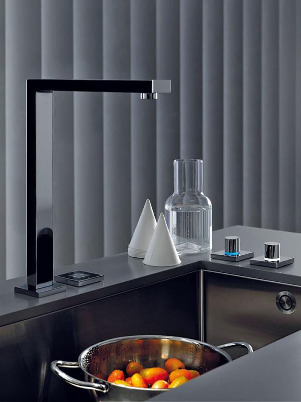 Jako sci-fi − tak působí Dornbracht eUnit Kitchen. Tok vody, její dávkování anastavení teploty jsou totiž řízeny elektronicky. Ovládací prvky se mohou integrovat ipřímo do dřezu, skuchyňskou armaturou pak vytvářejí homogenní jednotku. (foto: Dornbracht)