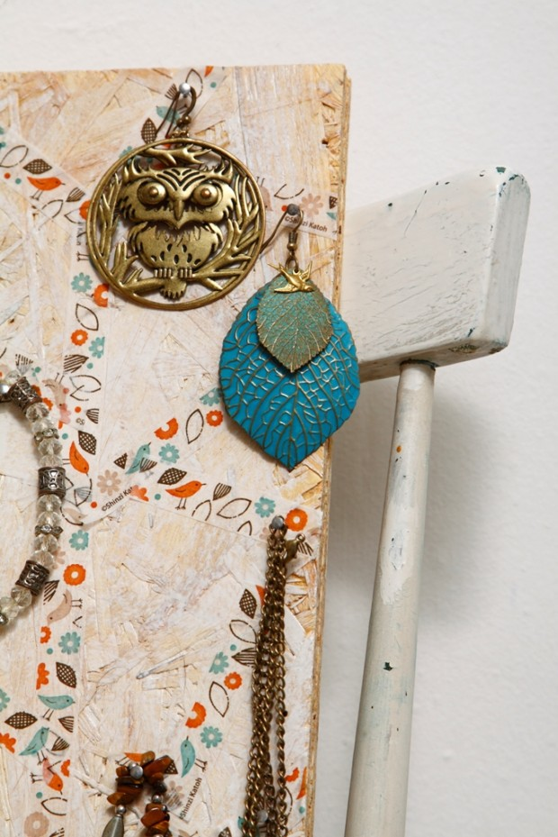 Z kusu polystyrenu nebo staré dřevovláknité desky si můžete vyrobit praktickou nástěnku na šperky. S pomocí pásek washi můžete jednotlivým náušnicím či náhrdelníkům vytvořit vlastní, soukromé chlívečky nebo si doplňky rozdělit do sekcí podle druhu, sezony či barvy.