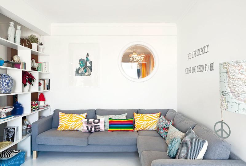 Otevřená knihovna nahradila stěnu, která původně oddělovala obývák od chodby – poskytuje pocit soukromí asvětlu nebrání proniknout hluboko do bytu. Foto AM / Photoforpress