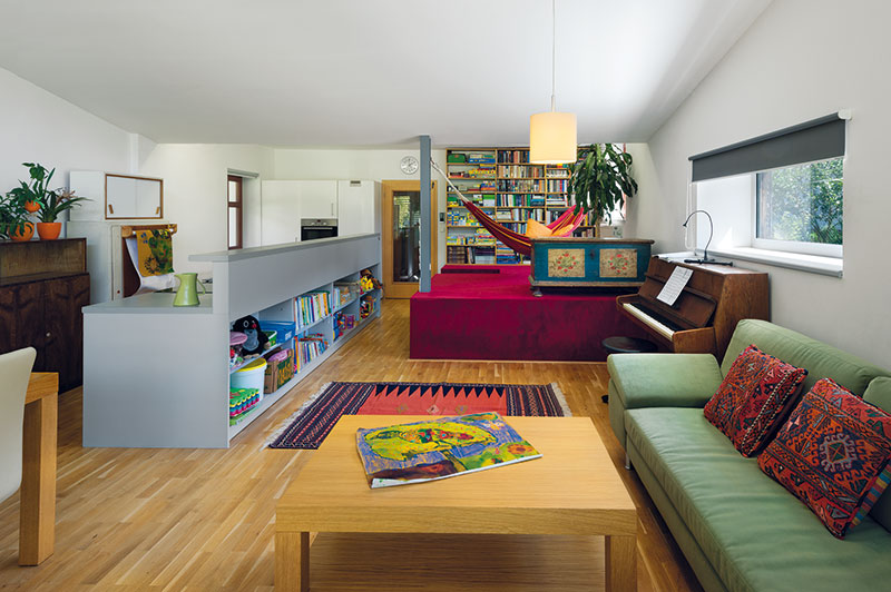 Podélná kuchyňská linka ze šedého lamina dává prostoru řád, ale nechává ispoustu místa pro odpočinkovou ipracovní zónu. FOTO Ester Havlová