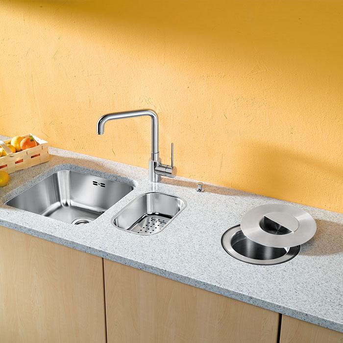 Kam se zbytky? Sedmilitrová nerezová nádoba na odkládání odpadu Blanco-Solon se dá zabudovat přímo do pracovní desky. Zbytky potravin (slupky, odřezky, jádřince…) můžete po skončení vaření vysypat například do kompostu. (foto: Ancor)
