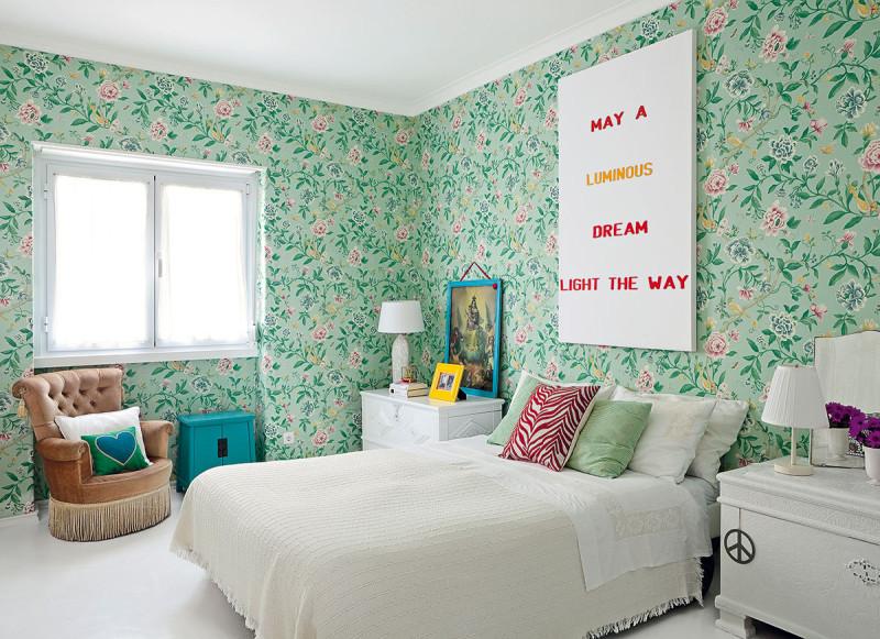 Neobvyklé kombinace dávají tomuto bytu charakteristický půvab. Zelená tapeta sromantickými květinami se vložnici setkala sklasickým nábytkem imoderními doplňky. Foto AM / Photoforpress