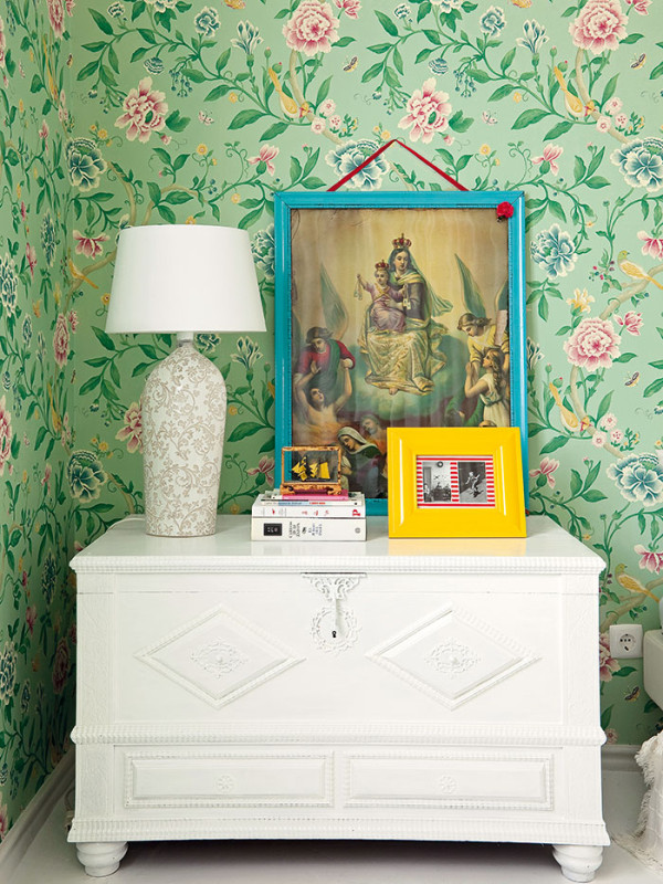 Různorodý nábytek získal díky vlastnoruční úpravě majitelky jistou jednotnost. Starou truhlici využívá Raquel jako noční stolek. Aby nepůsobila těžkopádně, nabarvila ji na bílo. Foto AM / Photoforpress