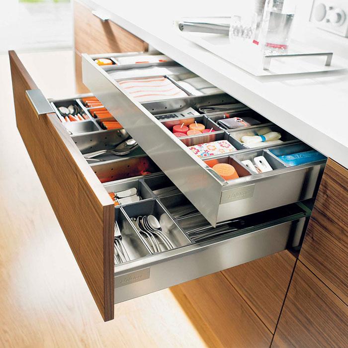 Pořádek apřehled. Díky promyšlenému vnitřnímu vybavení má každé kuchyňské náčiní své místo. Plnovýsuv zabezpečí, že vždy najdete, co hledáte. Předem si ujasněte, které spotřebiče adoplňky zůstanou na kuchyňské lince. (foto: Blum)