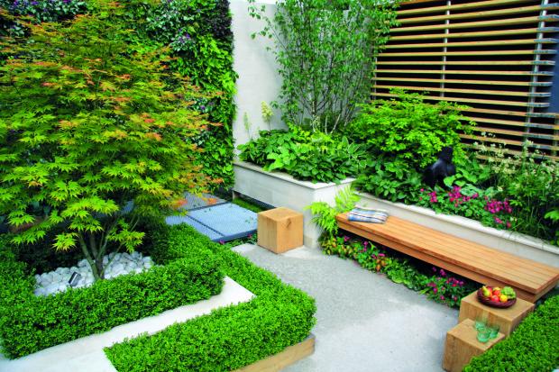 Do relaxační části zahrady designér situoval lavičky a sympatické malé kostky z dřevěného masivu, které podle potřeby slouží jako stolky či židle.
