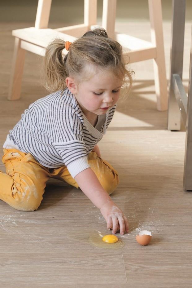 Vinylové podlahy z kolekce Livyn společnosti Quick-Step jsou opatřeny speciální svrchní vrstvou, která je chrání proti špíně, škrábancům i skvrnám. (foto: Quick-Step)
