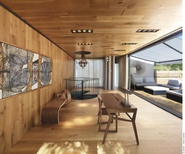 Martine se snažila co nejvíce propojit prostor mansardy s okolní terasou. Je to vidět na způsobu uspořádání i volbě materiálů.
