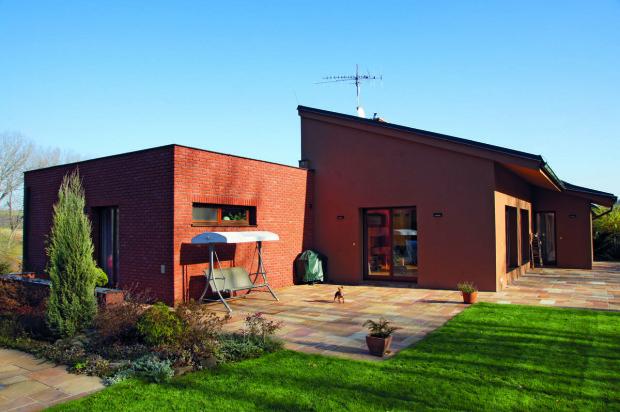 Z jižní a západní strany dům obklopuje příjemná chráněná terasa, sousedící s bazénem.