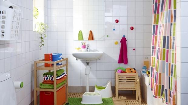 Bílá či smetanová jsou nevyhasínající trendy. Nic jimi nezkazíte ani v malé koupelně. Navíc, dají vám více možností vyřádit se na barevných doplňcích – ručnících, držácích, sprchových závěsech či koupelnových předložkách. (foto: IKEA)