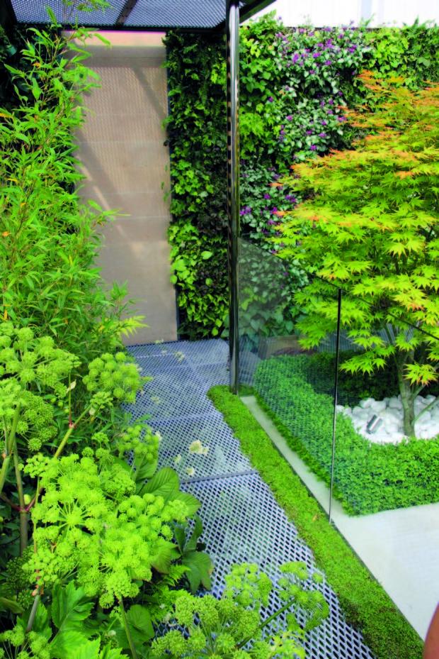 Atrium patří k moderně řešenému přízemnímu domu, čehož se chytil i zahradní designér a použil i trendové materiály jako sklo a kov.