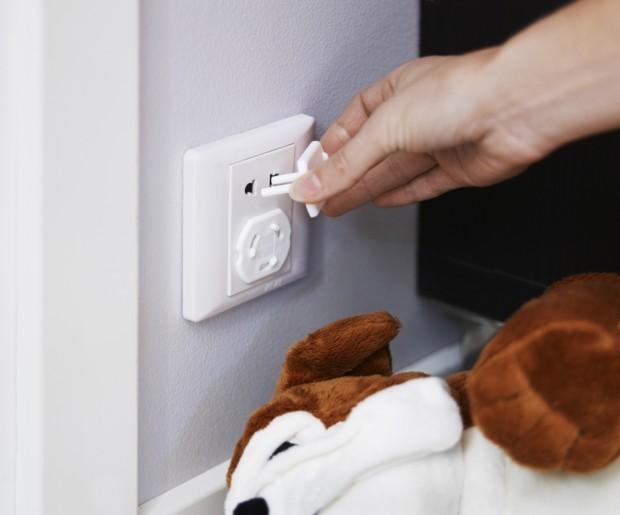 Bezpečnostní záslepky snižují nebezpečí, že děti strčí prsty nebo nějaký předmět do elektrické zásuvky. Záslepky můžete použít v uzemněných i v neuzemněných zásuvkách. (foto: IKEA)