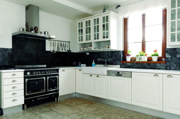 Kuchyň je jednoduchá, ve venkovském stylu