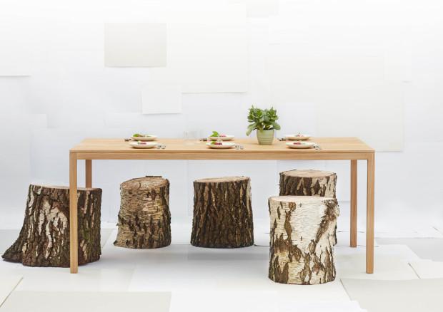 Velkým trendem ve všeobecnosti se stává návrat k manufakturní výrobě. Jídelní stůl UP z dílny rodinné dánské firmy Elements Optimal Denmark, jehož design vytvořili Tor a Nicole Servé, je vyroben z dubového dřeva z lokálních zdrojů. (foto: Elements Optimal Denmark)