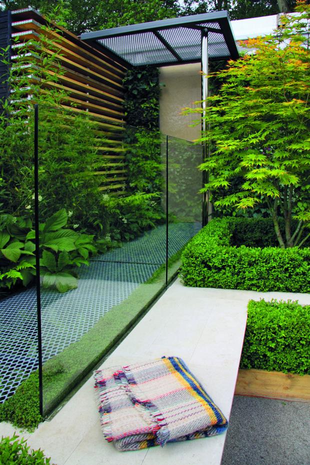 Kompozici zahrady lze rozčlenit do dvou úrovní. Spodní slouží na relax a v té vrchní najdete promyšleně působící kovové chodníky a konstrukce, skleněné předěly, stěny z dřevěných desek a v neposlední řadě bohatou vegetaci.