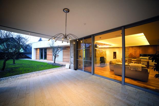 Venkovní terasa s kuchyní a otevřeným grilem se dá zatahovat pojízdnými skleněnými deskami, které prostor v případě nepříznivého počasí úplně uzavřou. Z terasy se vstupuje přímo do obývací části.
