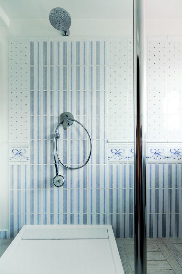 Jednu z menších hostinských koupelen zdobí ručně vyráběné obklady.