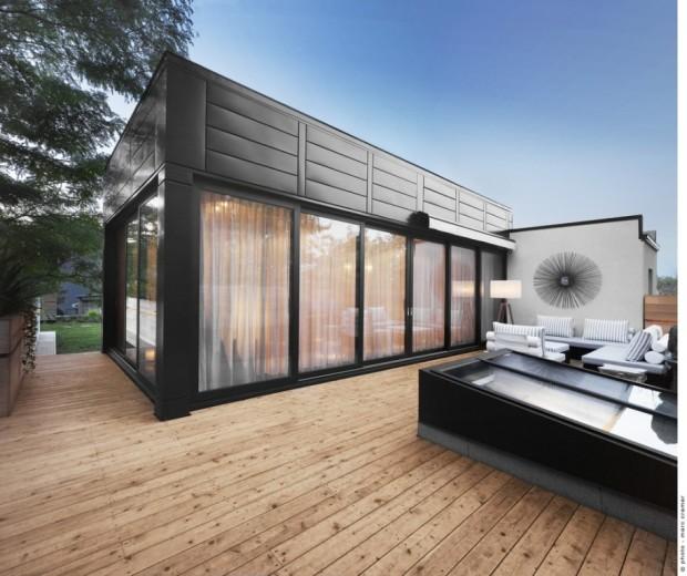 Architektka propojila vnitřek s vnějším prostředím terasy pomocí prosklení hned tří stěn mansardy.
