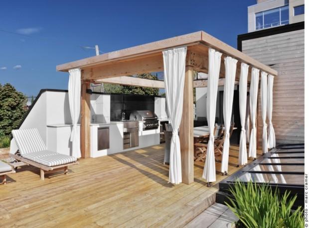 Kombinace světlého dřeva a bílého textilu působí v letních dnech vzdušně a chladivě.