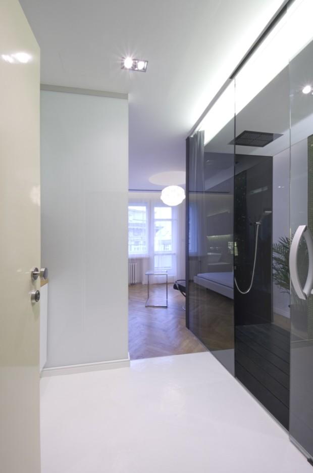 Podhled od vstupních dveří. Předsíňka s kuchyní je převážně v bílé barvě včetně podlahy.