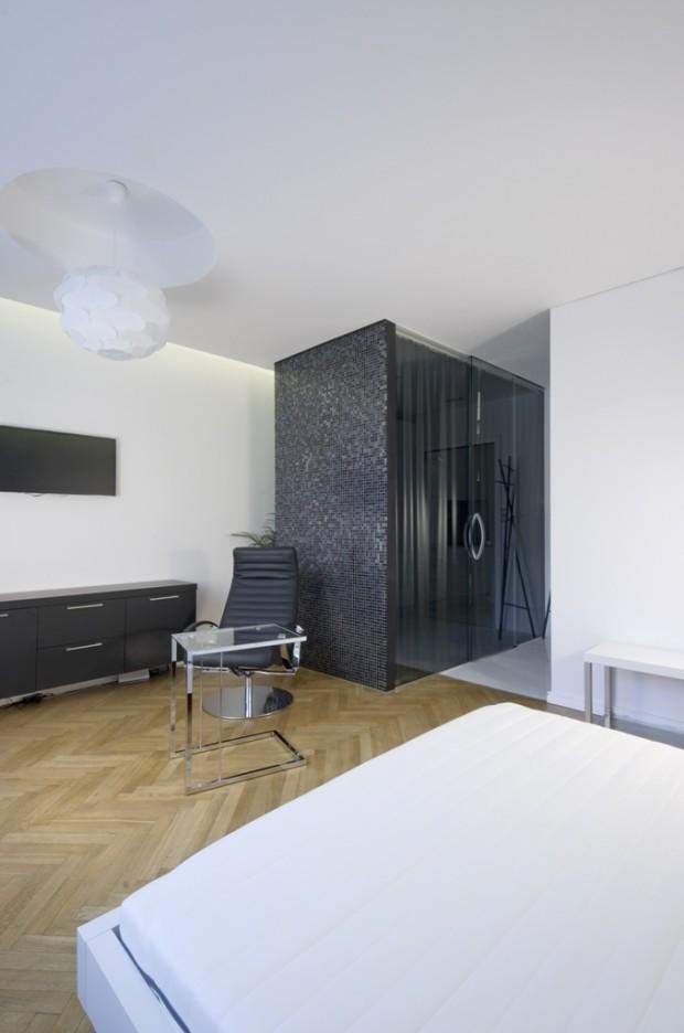 Koupelna je vybavena černým voděodolným závěsem, aby bylo možné zvolit si i soukromí.