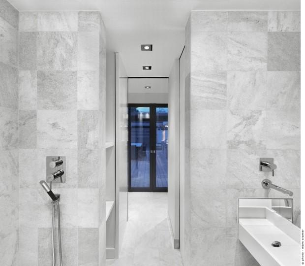 Aby vytvořila dostatečně velkou koupelnu, využila architektka prostor bývalé výtahové šachty.