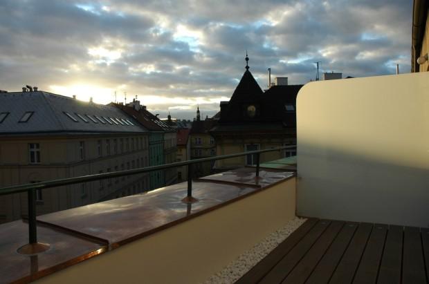 Terasa s romantickým pohledem na střechy domů v centru prahy.