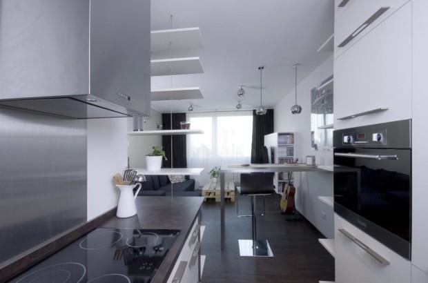 Pohled z kuchyně, kde je možné rozpoznat proporce typického panelákového okna.