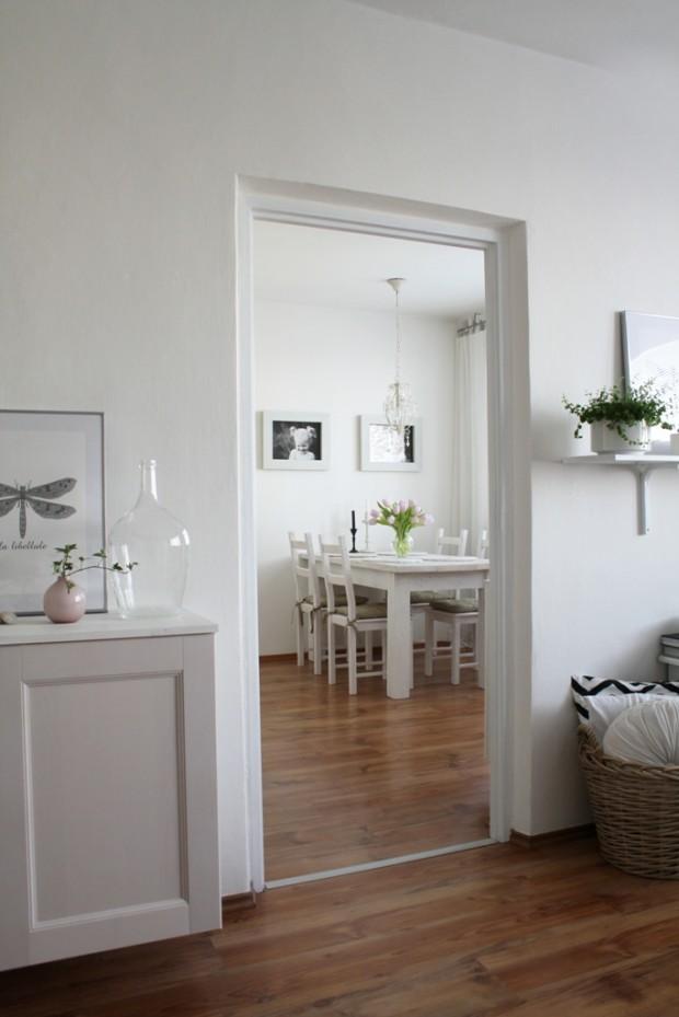 Kuchyně čeká na rekonstrukci kuchyně − její dvířka pomalu dosluhují stejně, jako elektřina, obklad a dlažba. Na podlaze Radana časem plánuje vyměnit lamino za dřevo.