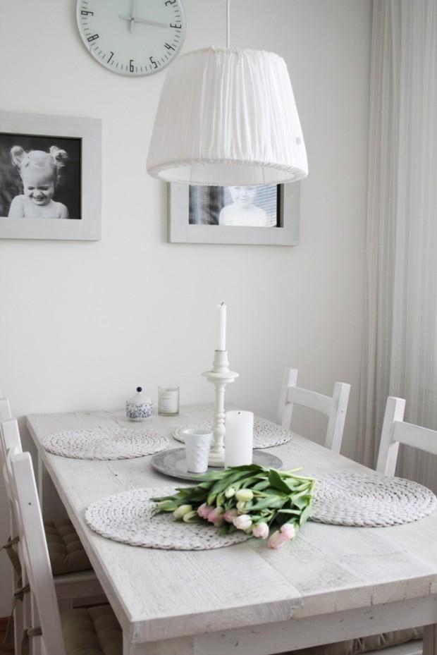 Jídelnímu koutu vévodí krásný stůl. Ze starého dřeva, natřený na bílo. Radana preferuje věci, které jsou jednoduše krásné.
