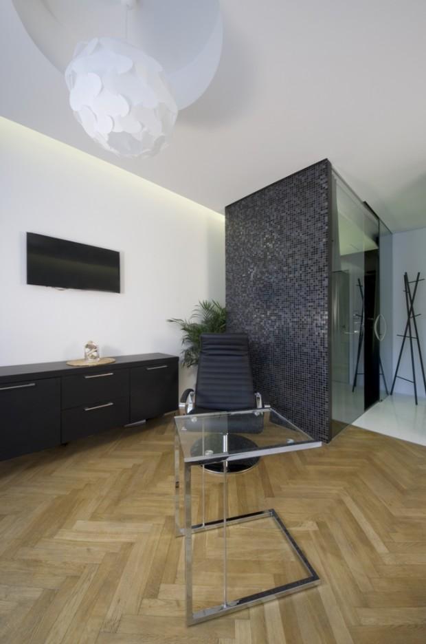 Malý prostor vzadu za koupelnovým boxem rozehrává spolu s podsvícením podhledu, které tvoří efektní nepřímé osvětlení, elegantní trojrozměrnou podívanou.