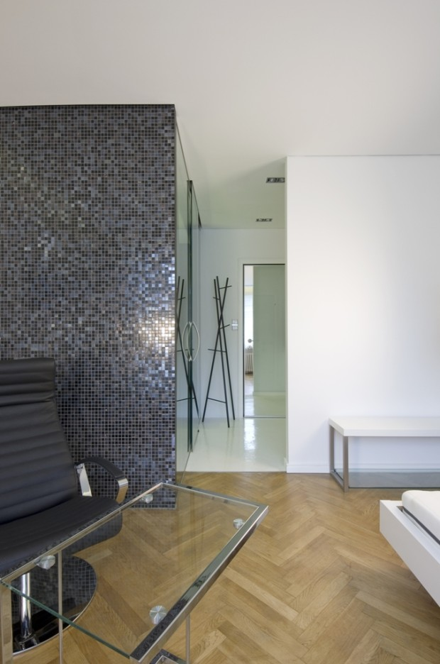 Barevnost a volba doplňků prozrazuje, že se jedná o pánský byt. To potvrzuje i mini kuchyňský kout a méně úložných prostorů na oblečení a boty.
