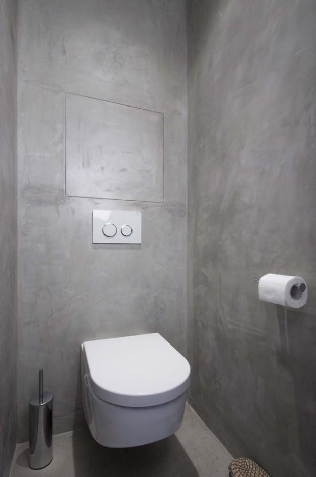 Povrch koupelny i toalety je tvořen šedou stěrkou, která je velmi praktická a beze spár. Stěrky bývají voděodolné, jejich povrch je hladký a lesklý, napodobují vzhled betonu, nebo kamene.
