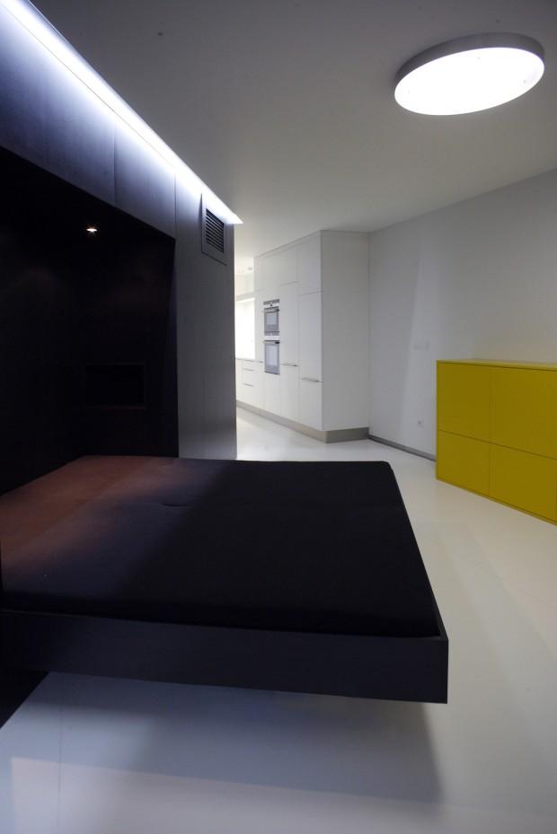 Prostor ložnice je menší a odkloněný od vstupních dveří, vzniká tak soukromá zóna.