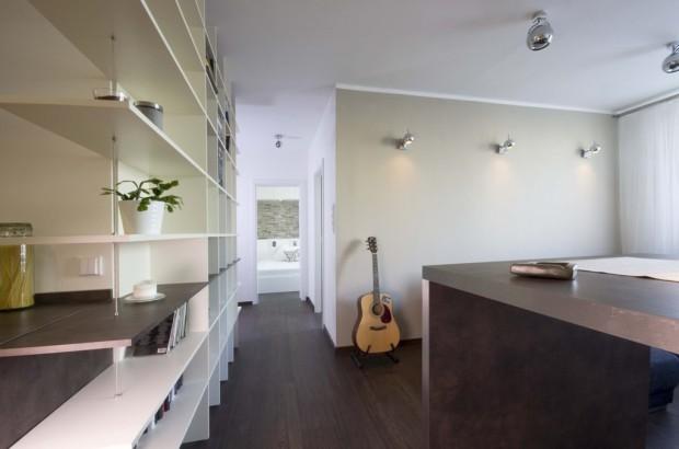 Z kuchyně je chodbou průhled do ložnice, kterou oddělují posuvné dveře. Příjemná prostorová změna, kterou z paneláku neznáme.