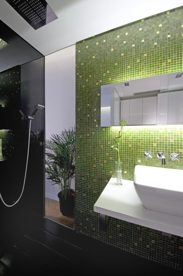 Malý prostor za koupelnou funguje jako výklenek na květinu a tak se při sprchování přenést pod vodopád v pralese mezi exotické rostliny.