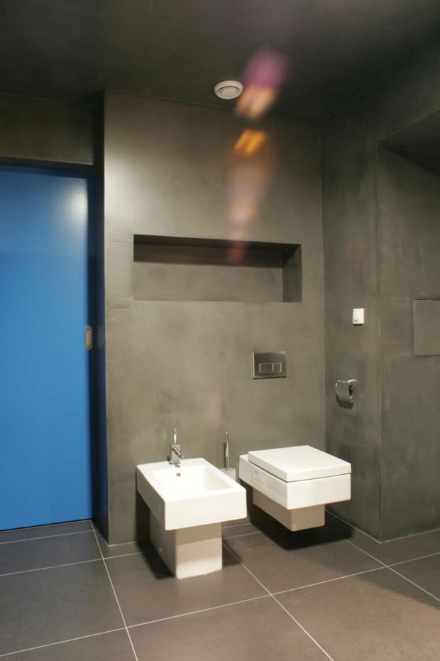 Toaleta s jednoduchou sanitární keramikou. Dnes si už standardní vybavení žádá i bidet.