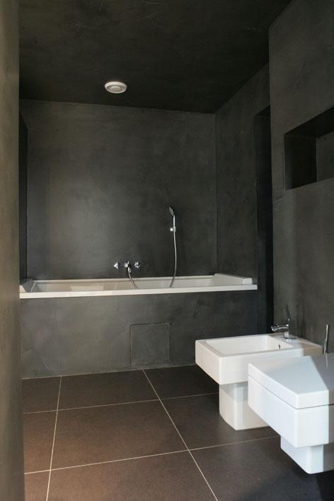 Stěny i strop koupelny architekt oblékl do šedé stěrky Pandomo.