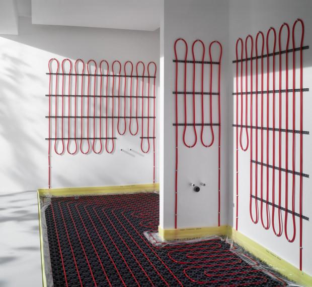 Stěnové topení poskytuje příjemné sálavé teplo – a to přesně tam, kde potřebujete. Energeticky a také ekonomicky úsporná je kombinace s podlahovým topením. Příslušné systémy vč. příslušenství dodává například Viega. (Foto: Viega)