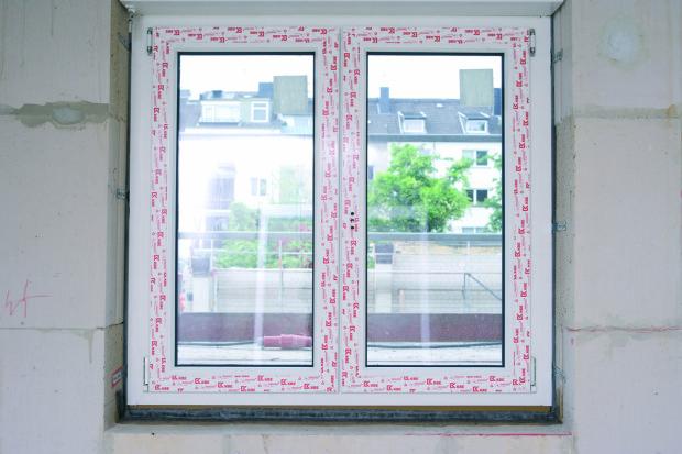 Normovaná montáž okna – komprimovaná páska illmod Trio+ (interiérové a exteriérové utěsnění s vnitřní tepelnou izolací), parapetní část utěsněna membránou TwinAktiv