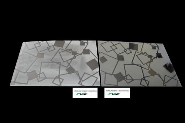 Viditelný rozdíl ve snadnosti čistění u obyčejného pískovaného skla vlevo a skla s nano technologií JAP vpravo.