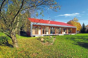 Nový domov pro starší manželský pár byl koncipován jako dvoupodlažní dřevostavba, s podélnou hmotou a sedlovou střechou. Objekt se příjemně otevírá prosklenou jižní fasádou směrem do zahrady.