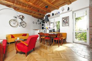 Otevřený denní prostor. Obývací pokoj, jídelna a kuchyň jsou zařízeny starým nábytkem, setkaly se však v moderně koncipovaném otevřeném prostoru.