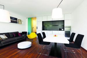 Kontrastní barvy a střídmá elegance, to jsou hlavní atributy nového bytu.