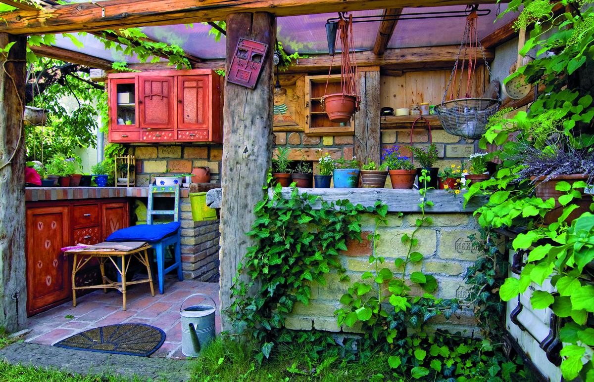 V zahradě za domem si vytvořili unikátní letní kuchyň