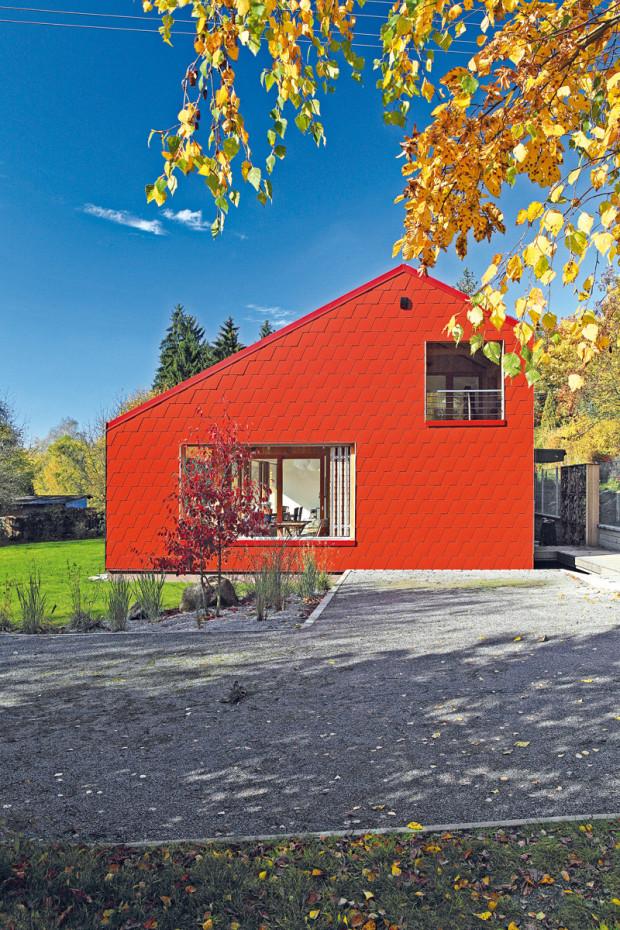 Koncept provozního uspořádání – dům v domě – se projevuje i ve fasádě. Obklad vnějšího domu je stejný na svislých stěnách i střeše. Jedná se o diagonálně skládanou maloformátovou krytinu z cembonitových šablon v cihlově červené barvě.