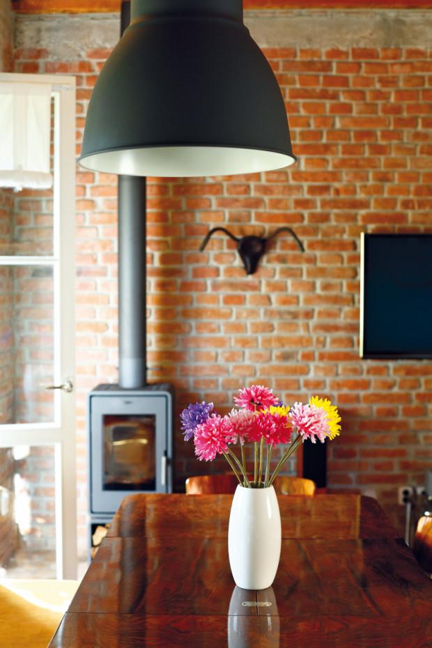 Moderní krbová kamna záměrně kontrastují s interiérem ve stylu vintage.