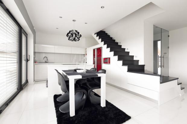 Při zařizování interiéru se domácí pán spolehl na manželku, většina nábytku se vyráběla na míru. Schody zůstanou bez zábradlí – nejjednodušší řešení jsou ta nejlepší.